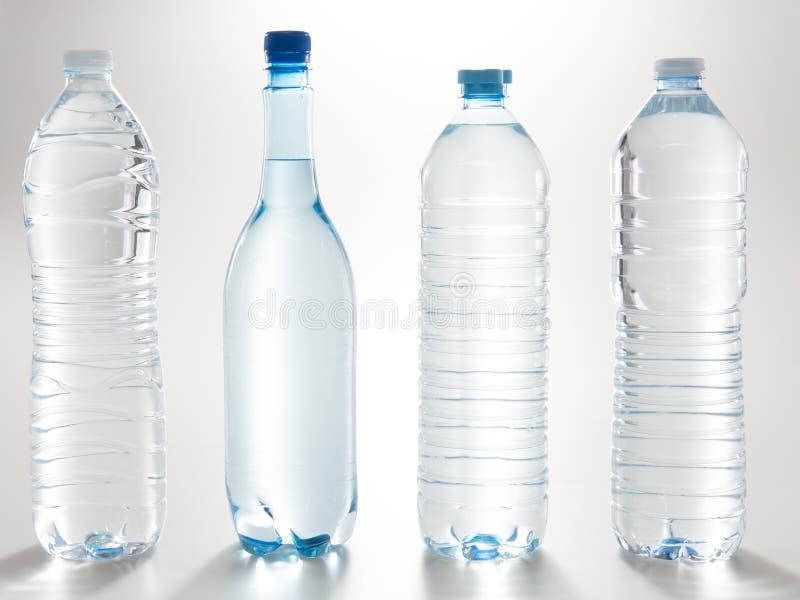 Blaues Wasser-Flaschenplastiknahaufnahme lokalisiert auf dem Weiß stockfotografie