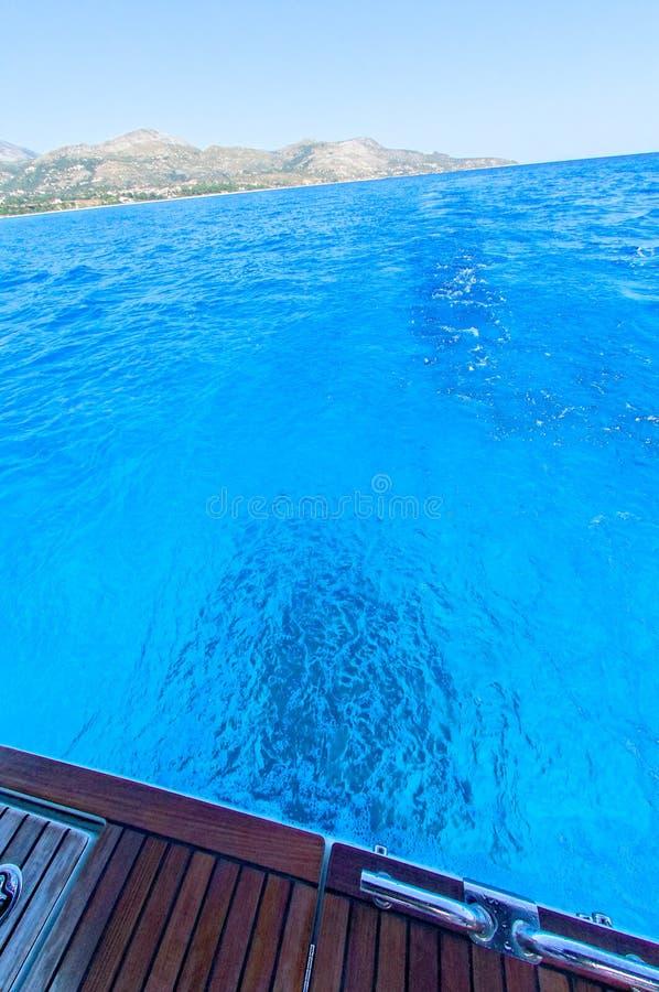 Blaues Wasser in ionischem Meer stockfotos