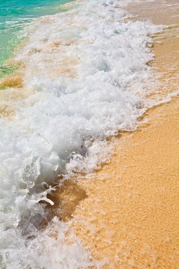 Blaues Wasser plätschert nahe Ufer im Indischen Ozean lizenzfreies stockbild