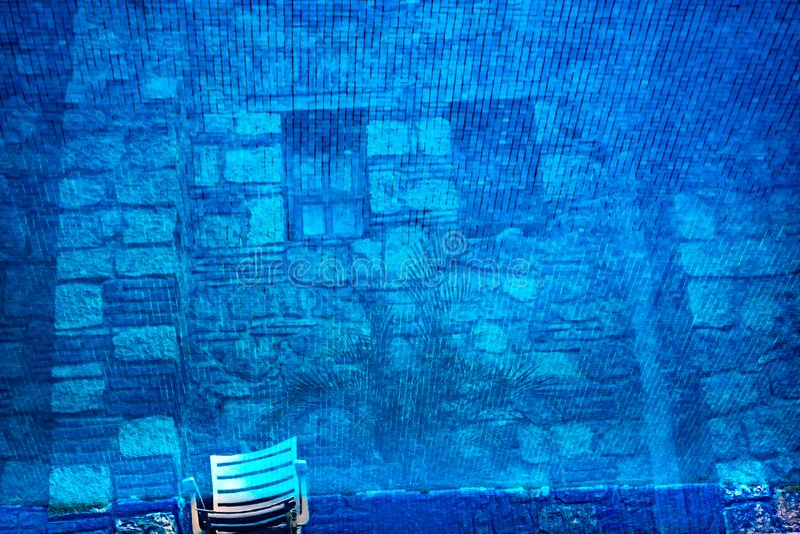 Blaues Wasser-Reflexions-Zusammenfassungs-Hintergrund-mexikanisches Geb?ude Oaxaca Mexiko stockfotografie