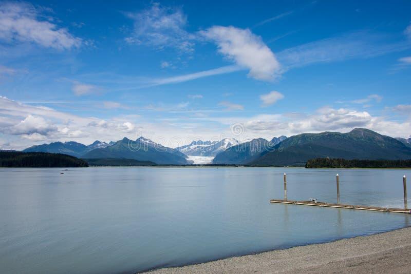 Blaues Wasser und Berge, Alaska lizenzfreie stockfotos