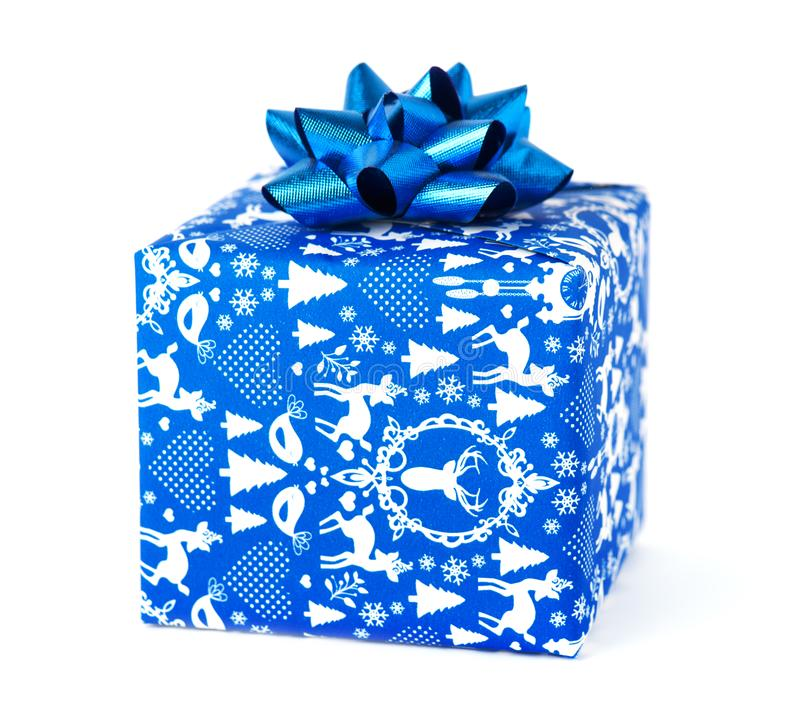 Blaues Weihnachtsgeschenk lokalisiert auf weißem Hintergrund stockfotos