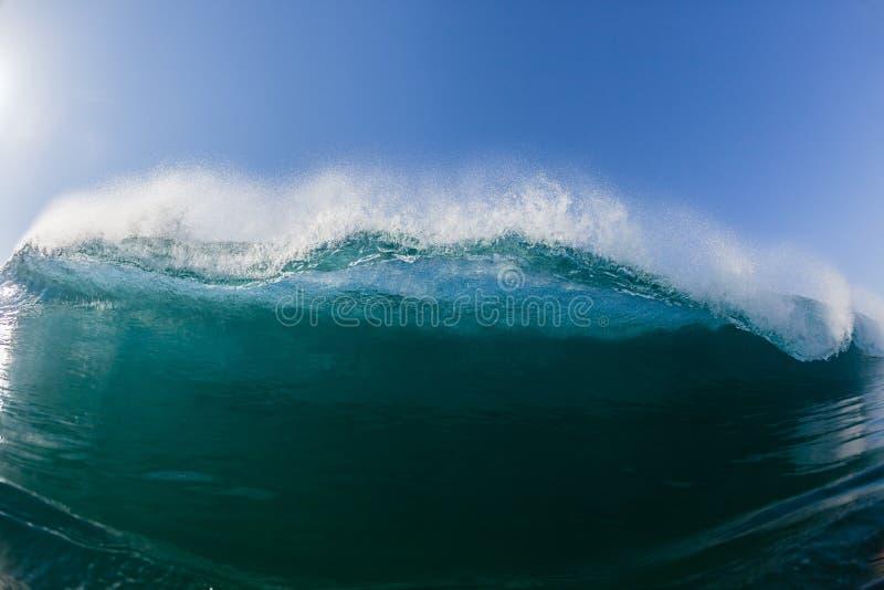 Blaues Wellen-Schwimmen-inneres zusammenstoßendes Wasser stockbilder