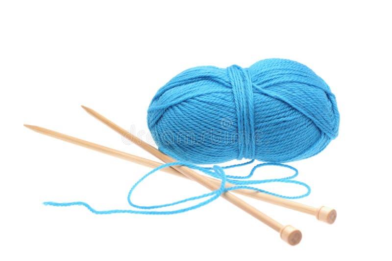 Blaues woolen ein Gewinde mit Speichen für das Stricken lizenzfreie stockbilder