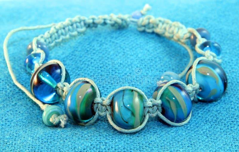 Blaues wulstiges Armband stockfoto