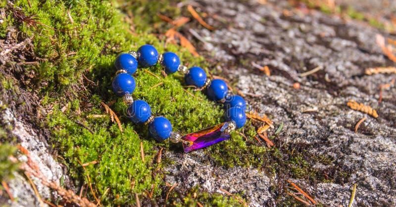 Blaues wulstiges Armband lizenzfreies stockfoto