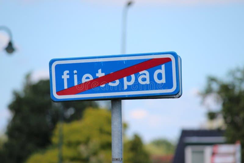 Blaues Zeichen mit rotem Streifen bedeutet Ende Radfahrenweg fietspad auf Niederländisch in den Niederlanden lizenzfreie stockfotografie