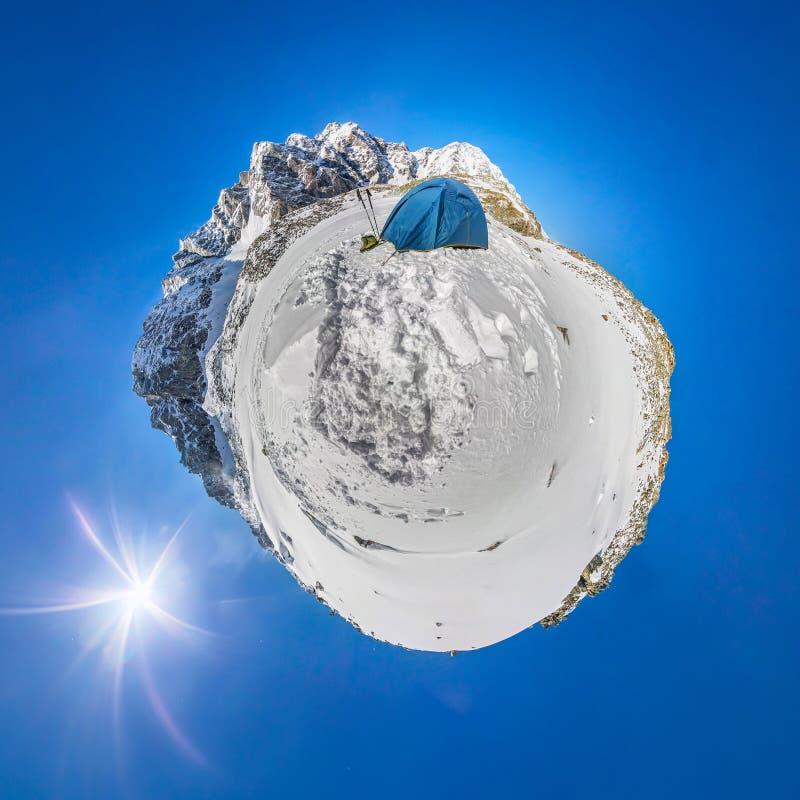 Blaues Zelt in den schneebedeckten Spitzen der Berge Ein kugelförmiges Panorama 360 180 eines kleinen Planeten stockbilder