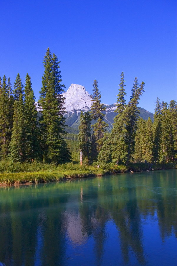 Blaugrüner Fluss und Berg lizenzfreie stockfotos