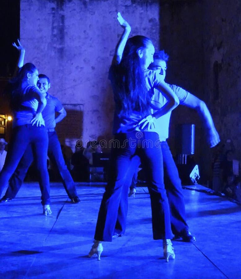 Blaulicht-Tänzer stockfoto
