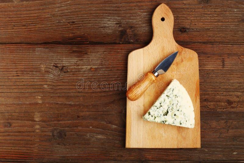 Blauschimmelkäse und Messer lizenzfreie stockfotos