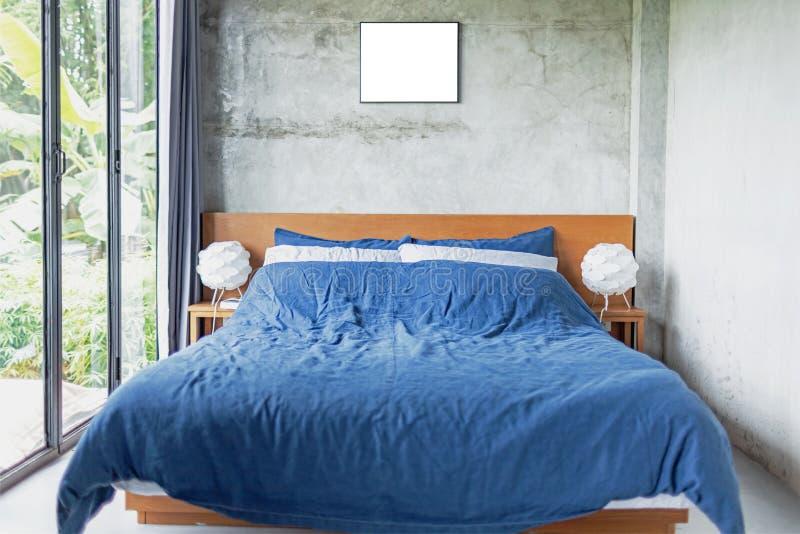 Blauw Bed in Cementzaal stock afbeelding