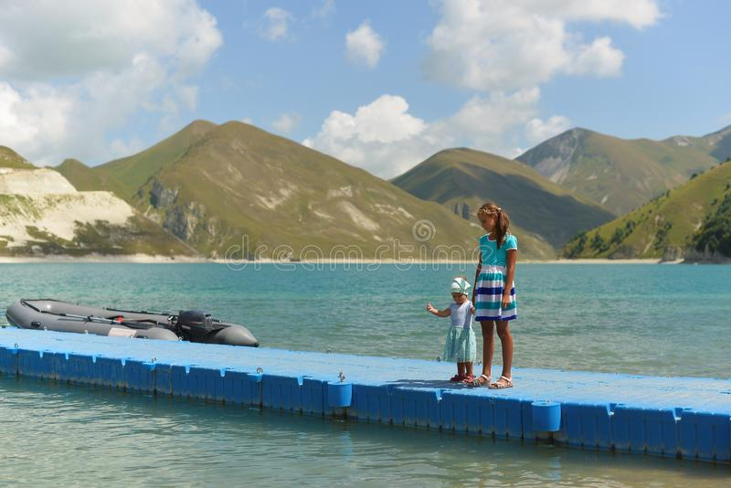 Blauw bergmeer Kazenoi Am in de Tchetcheense Republiek op een Zonnige de zomerdag royalty-vrije stock fotografie