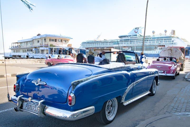 Blauw Buick, roze Chevrolet, Amerikaanse klassieke convertibele auto's, voor Cruiseterminal in Havana, Cuba stock foto's