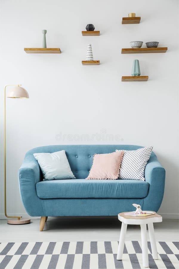 Blauw comfortabel woonkamerbinnenland stock afbeelding