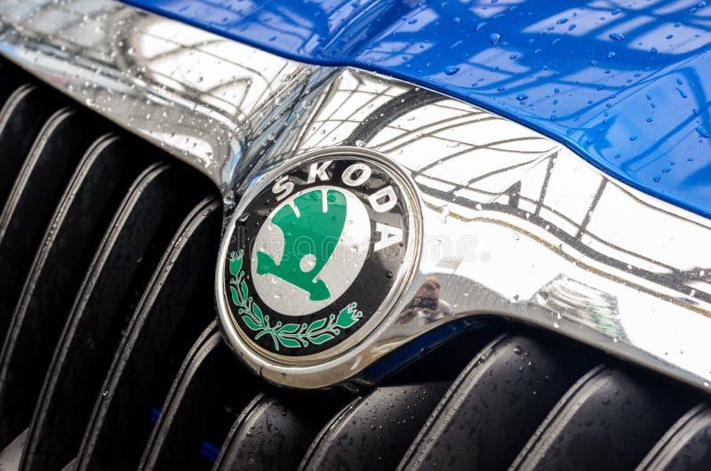 blauw de autoembleem van skodaoctavia rs stock foto's
