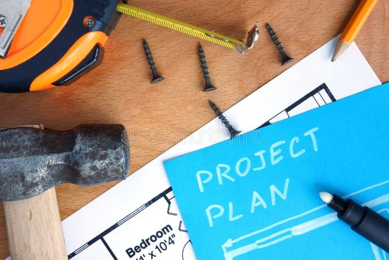 Blauw document met het huisverbetering projectplan, hulpmiddelenuitrusting royalty-vrije stock afbeelding