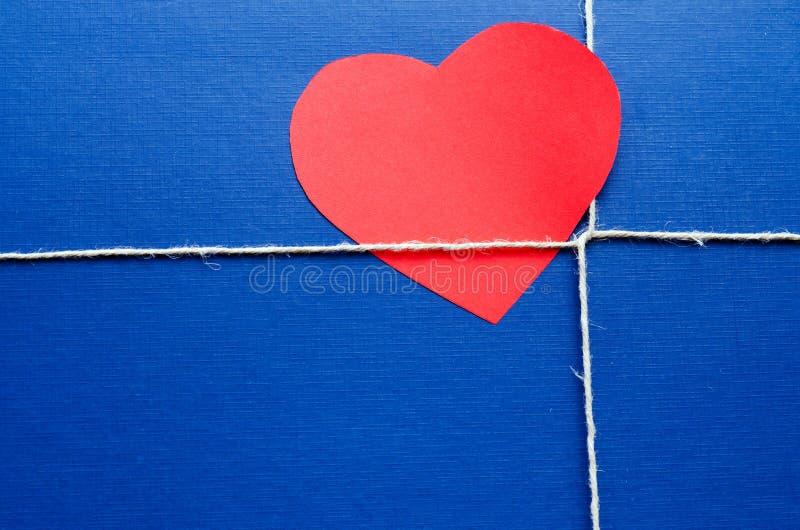 Blauw document pakket met valentijnskaartkaart stock foto