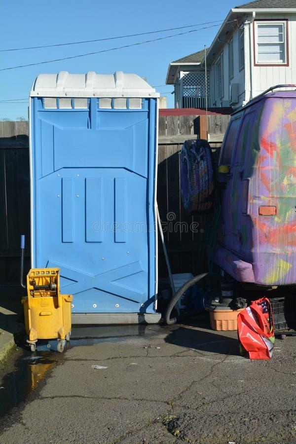 Blauw draagbaar toilet in Salem, Oregon stock afbeeldingen