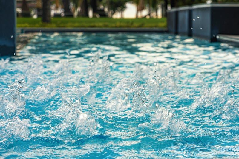 blauw duidelijk Zoet water in Jacuzzi De achtergrond van de kuuroordmassage Azuurblauwe kleur royalty-vrije stock foto's