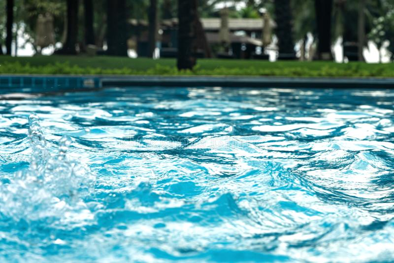 blauw duidelijk Zoet water in Jacuzzi De achtergrond van de kuuroordmassage Azuurblauwe kleur stock afbeeldingen