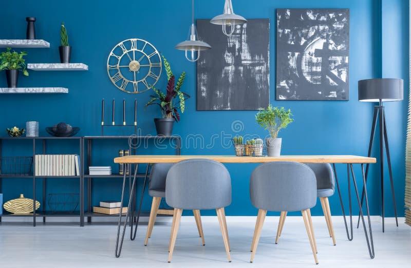 Blauw eetkamerbinnenland royalty-vrije stock afbeelding