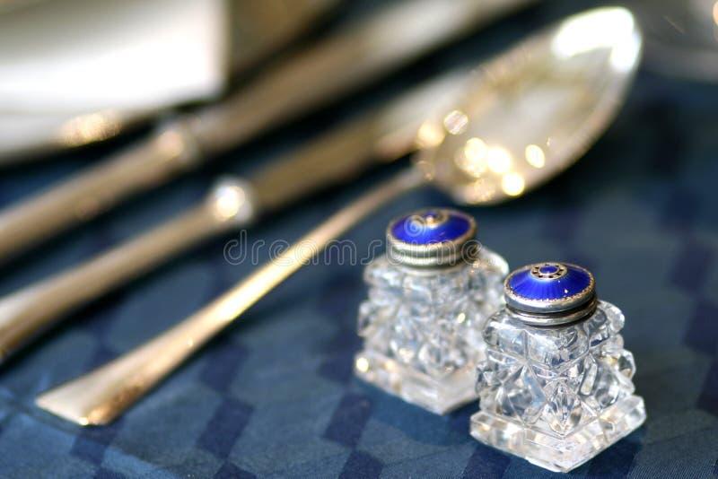 Blauw email en kristal van de art decozout en peper schudbekersstilleven royalty-vrije stock foto