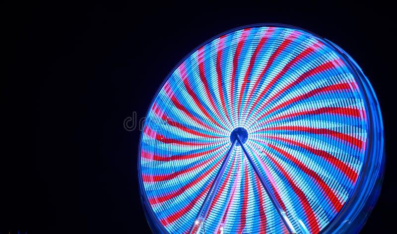 Blauw en rood ferris wiel 's nachts op de leuke beurs in Karlsruhe royalty-vrije stock fotografie