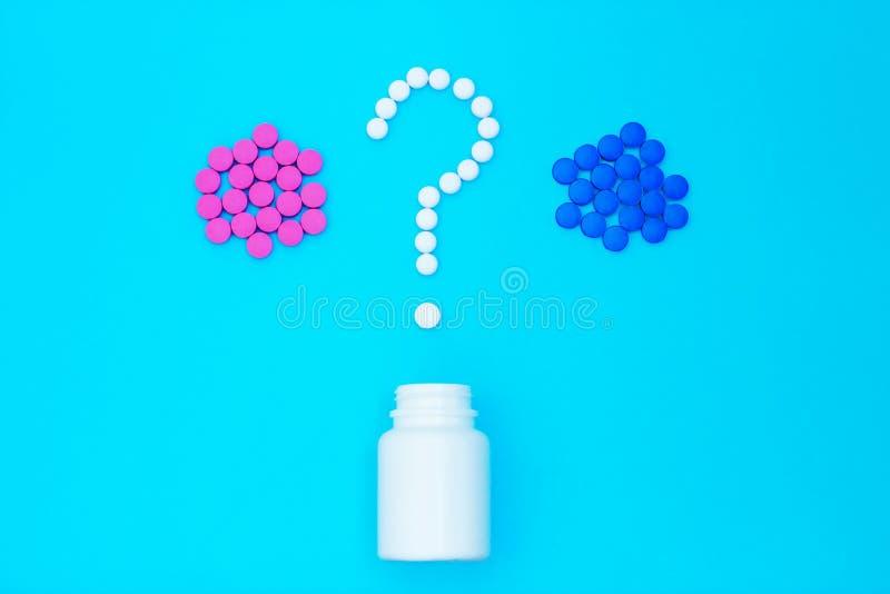 Blauw en rood pillenvraagteken stock afbeeldingen