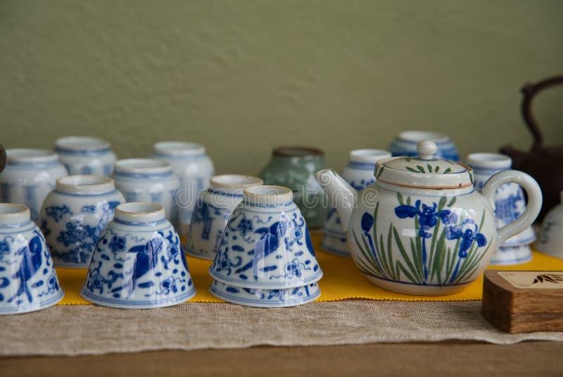 Blauw en Wit Aardewerk voor Thee stock afbeelding