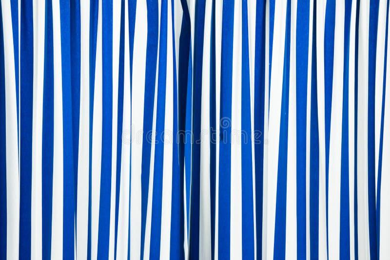 Blauw en wit gordijn stock afbeelding