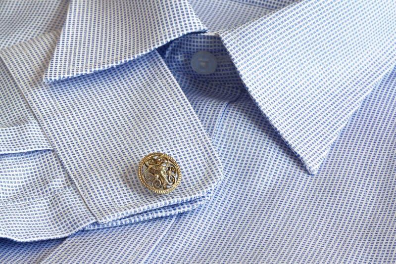 Blauw en wit katoenen mensenoverhemd royalty-vrije stock foto's