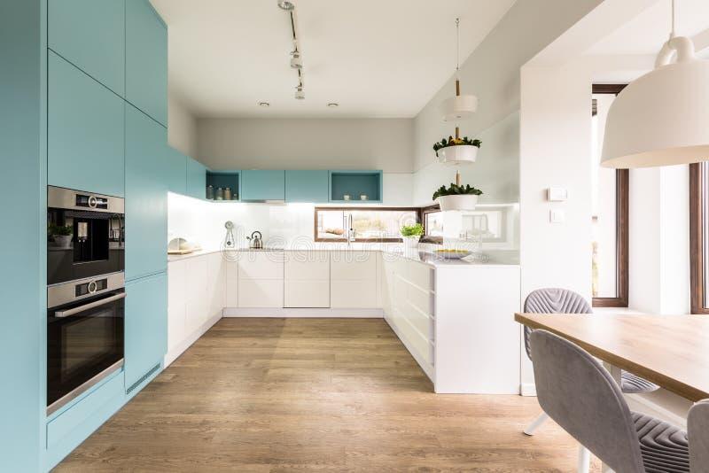 Blauw en wit keukenbinnenland royalty-vrije stock fotografie