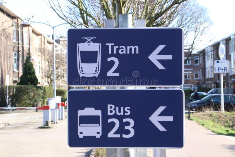 Blauw en wit teken met richting aan de tram en de bus bij post Laan van NOI in Den Haag stock fotografie