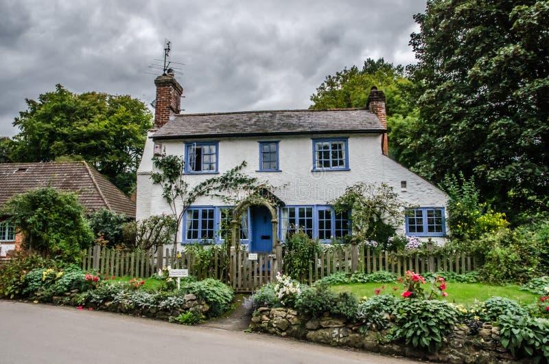 Blauw en wit traditioneel Engels plattelandshuisje stock afbeelding