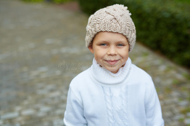 Blauw-eyed Little Boy in Knit Hoed stock fotografie