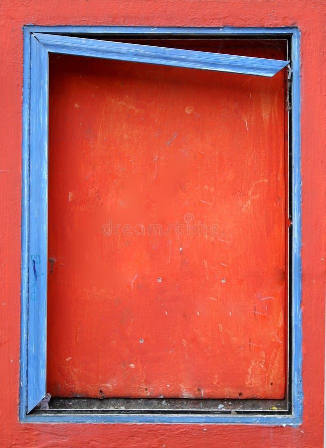 Blauw frame op een ingescheept venster royalty-vrije stock foto