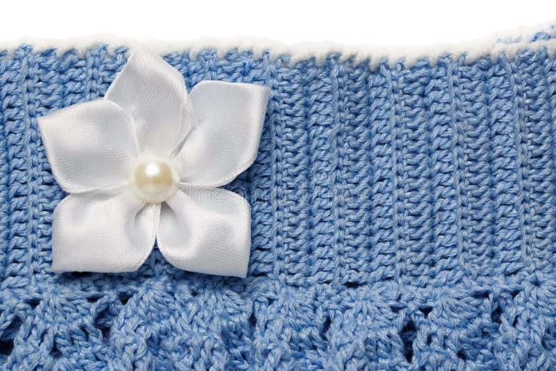 Blauw gebreide rok met bloem royalty-vrije stock afbeelding