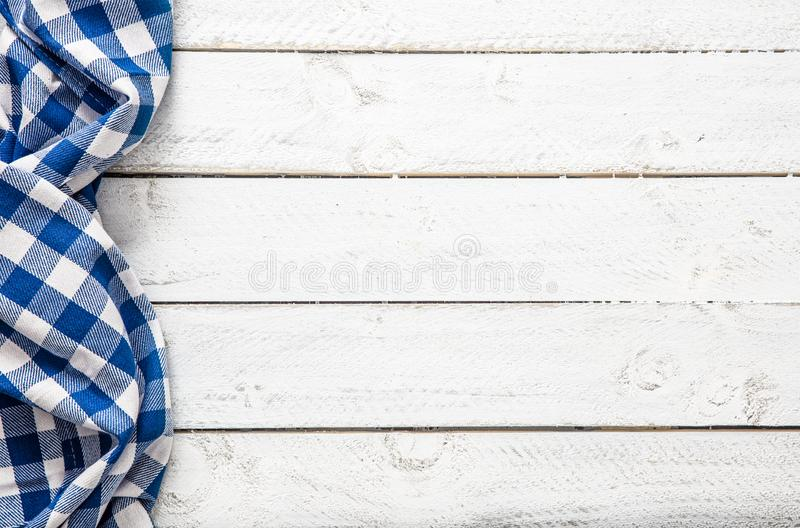 Blauw geruit keukentafelkleed op houten lijst royalty-vrije stock foto's