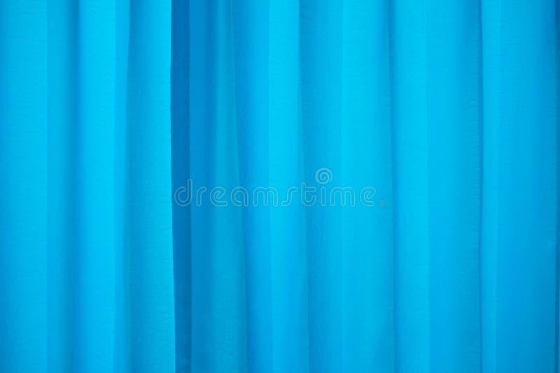 Blauw gevouwen gordijn aardig als achtergrond stock foto