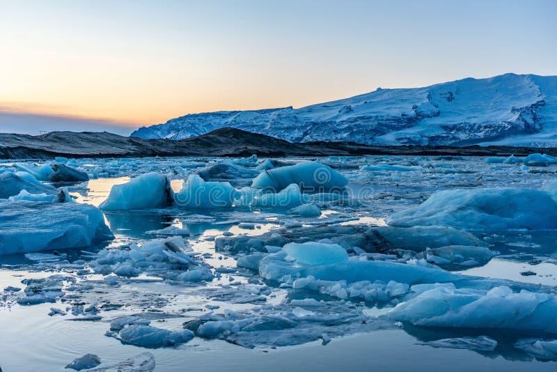 Blauw gletsjerijs in de lagune van Jokulsarlon, IJsland royalty-vrije stock foto's
