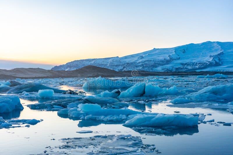 Blauw gletsjerijs in de lagune van Jokulsarlon, IJsland stock foto's