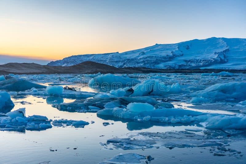Blauw gletsjerijs in de lagune van Jokulsarlon, IJsland stock afbeeldingen