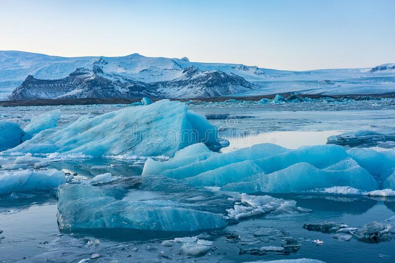 Blauw gletsjerijs in de lagune van Jokulsarlon, IJsland royalty-vrije stock afbeelding