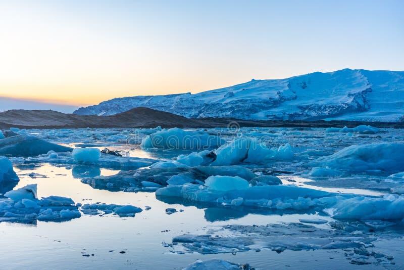 Blauw gletsjerijs in de lagune van Jokulsarlon, IJsland royalty-vrije stock fotografie