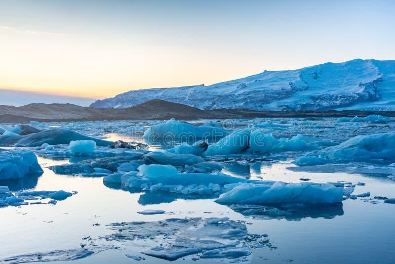 Blauw gletsjerijs in de lagune van Jokulsarlon, IJsland stock foto