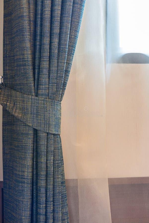 Blauw gordijn door het venster royalty-vrije stock foto