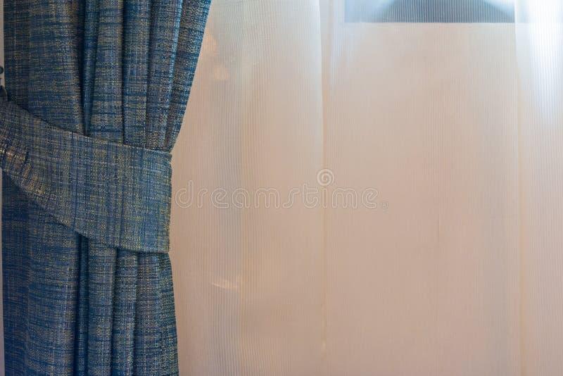 Blauw gordijn door het venster stock fotografie