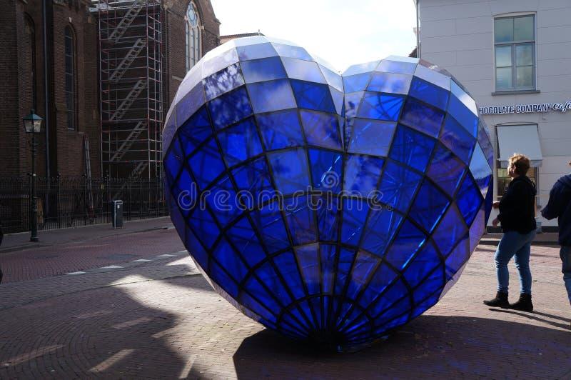 Blauw Hartbeeldhouwwerk dat in oude stad 1998 werd geplaatst en door Marcel Smink werd gecreeerd royalty-vrije stock afbeeldingen