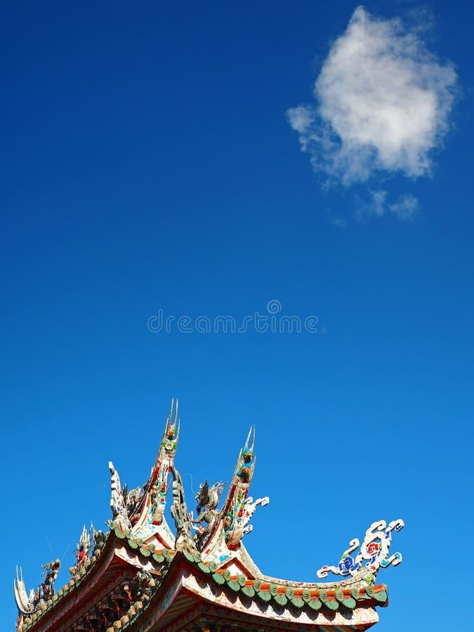 Blauw Hemel, Wolken en van de Tempel Dak stock afbeelding